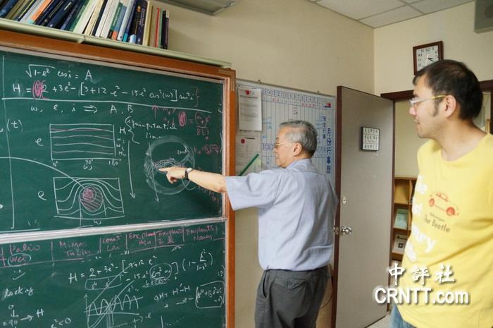 叶永烜教授的研究室,黑板写满各种理论公式.(中评社 黄文杰摄)图片