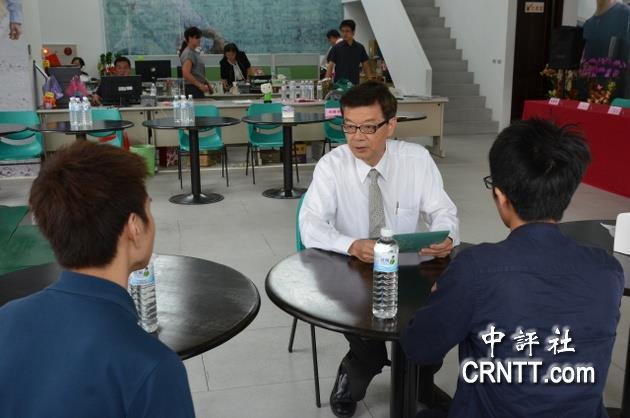 林佳龙总部由执行总干事刘文庆接待大学生,表示辩论会综合评估.图片