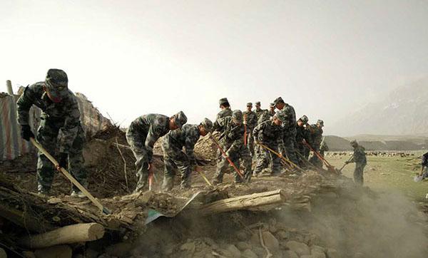新疆喀什地震:驻地解放军深入震区开展救援